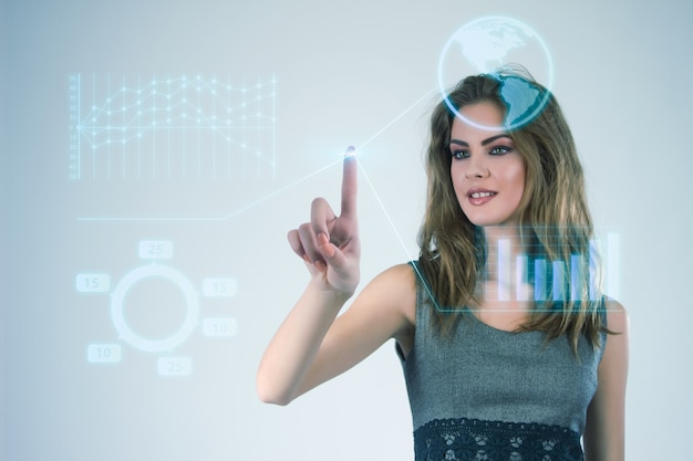 Zakenvrouw die werkt met moderne virtuele technologieën die handen aan het scherm raken.
