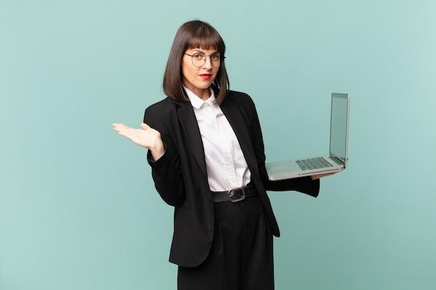Zakenvrouw die zich verward en verward voelt, twijfelt, weegt of verschillende opties kiest met grappige uitdrukking