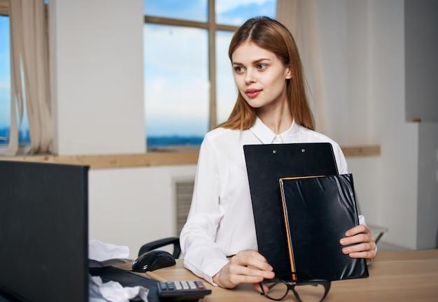 Zakenvrouw documenten kantoor secretaris werk professional