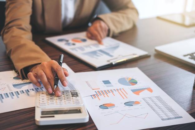 Zakenvrouw doet de financiën en berekenen over de kosten van investeringen in onroerend goed