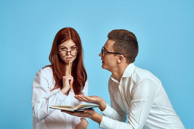 Zakenvrouw en collega man in lichte kleding met documenten in handen