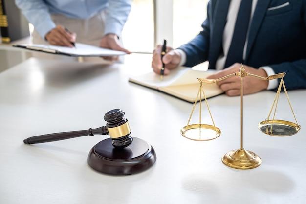 Zakenvrouw en mannelijke advocaat of rechter raadplegen en conferentie met teamvergadering met cliënt bij advocatenkantoor in kantoor, concept van wet en juridische diensten.