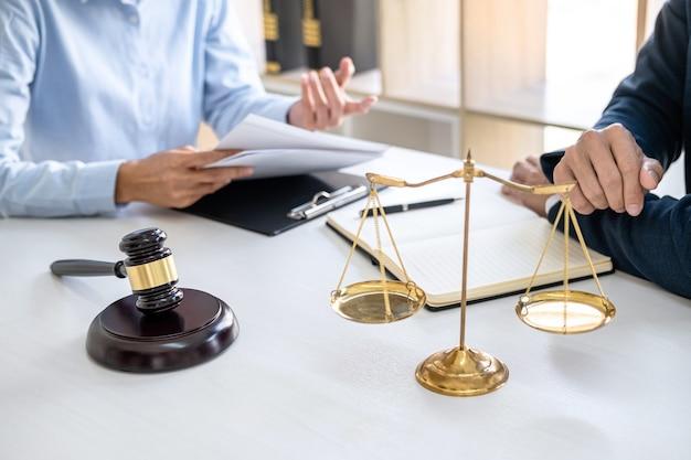 Zakenvrouw en mannelijke advocaat of rechter raadplegen en conferentie met teamvergadering met cliënt