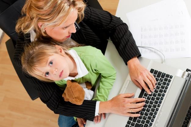 Zakenvrouw en moeder werkt thuis