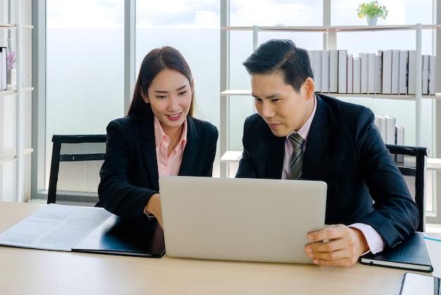Zakenvrouw en zakenman in kantoor