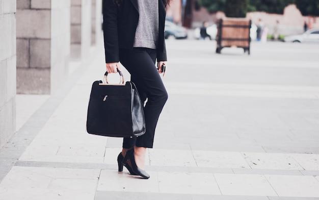 Zakenvrouw gaan werken lopen
