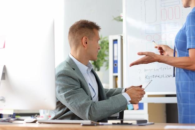 Zakenvrouw geeft bedrijfstraining voor de ontwikkeling van collega's in het midden- en kleinbedrijf