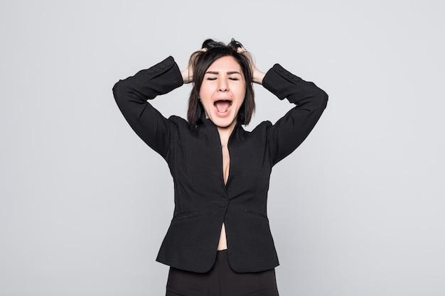 Zakenvrouw gefrustreerd en gestrest trekt aan haar haren geïsoleerd op wit