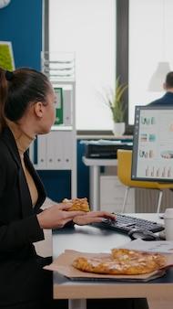 Zakenvrouw genieten van eten maaltijd bestellen in bedrijfskantoor tijdens afhaalmaaltijden lunchpauze