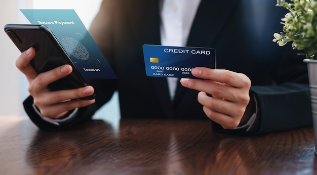 Zakenvrouw hand met creditcard en smartphone-interface beveiligde betaling.