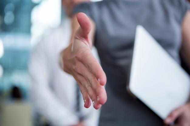 Zakenvrouw hand schudden