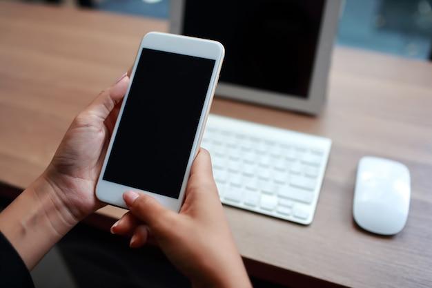 Zakenvrouw handen met behulp van tabel en mobiele telefoon