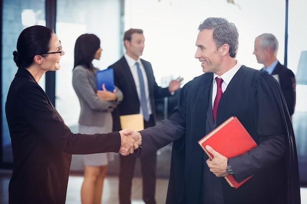 Zakenvrouw handen schudden met advocaat