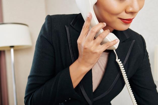 Zakenvrouw heeft een gesprek aan de telefoon