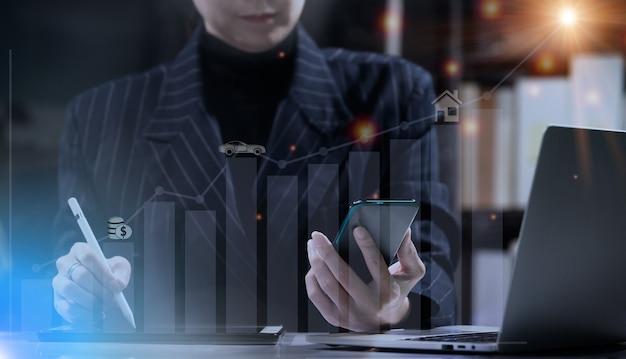 Zakenvrouw houdt smart phone vast en controleert gegevens in notebook. huisvrouw review bankrekening, investering, rente, toekomstige levensbeloning en verzekeringsconcept