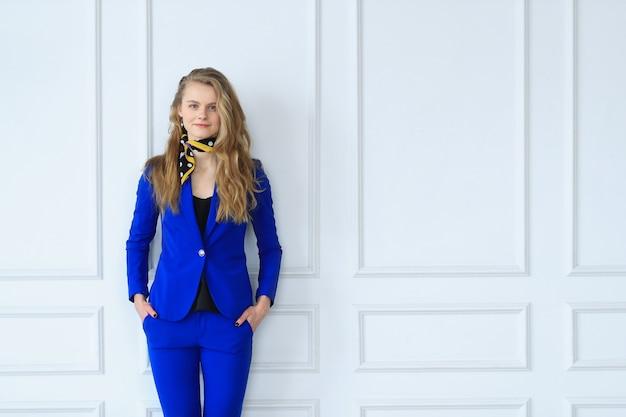 Zakenvrouw in blauwe jurk