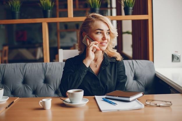 Zakenvrouw in een caffe