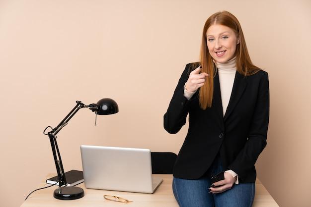 Zakenvrouw in een kantoor wijst vinger naar je