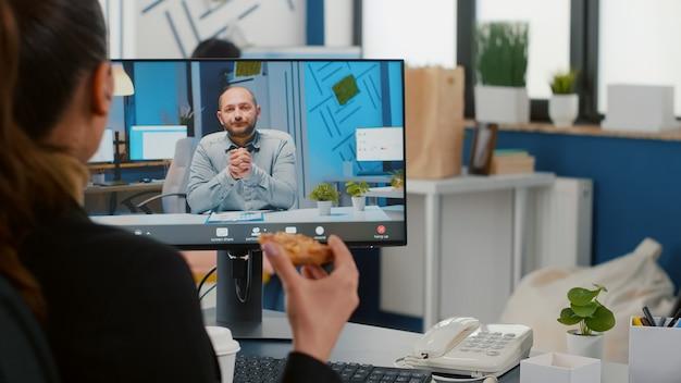 Zakenvrouw in gesprek met externe ondernemer tijdens online videocall-vergaderingsconferentie