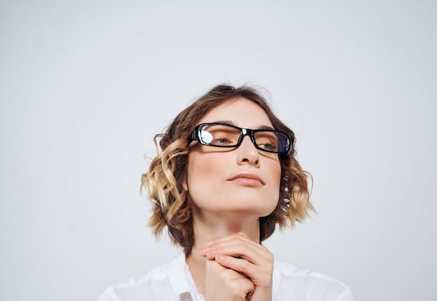 Zakenvrouw in glazen documenteert emoties kantoor kopieerruimte