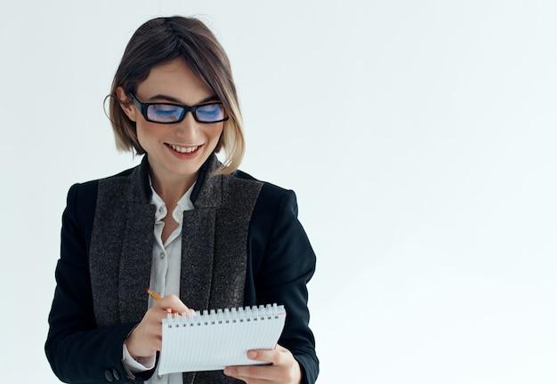 Zakenvrouw in glazen met kantoormanager van notitieblokdocumenten