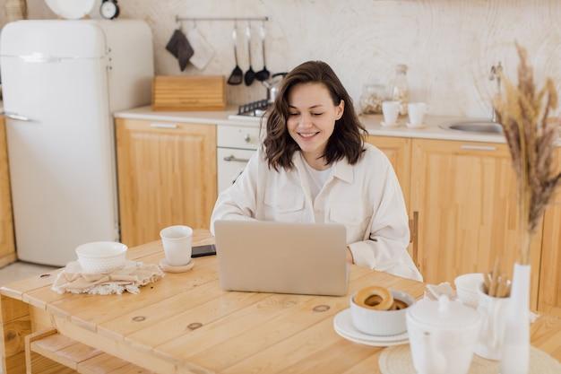 Zakenvrouw in het hebben van een videochat op laptop op afstand werken of studeren vanuit huis