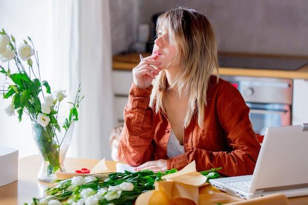 Zakenvrouw in moderne kleding inwikkeling een witte rozen