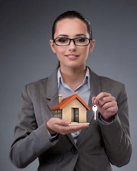 Zakenvrouw in onroerend goed hypotheek concept