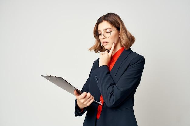 Zakenvrouw in pakdocumenten werkt professioneel kantoor