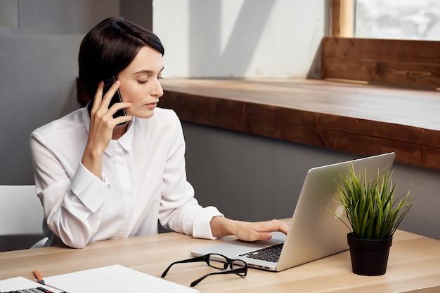 Zakenvrouw in wit overhemd aan werktafel voor laptoptechnologie