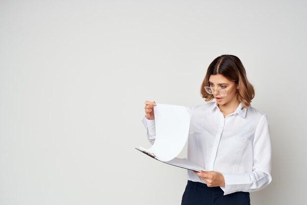 Zakenvrouw in wit overhemd documenten werk lichte achtergrond