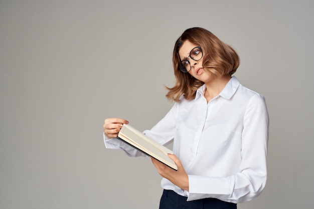 Zakenvrouw in wit overhemd documenten werken officieel