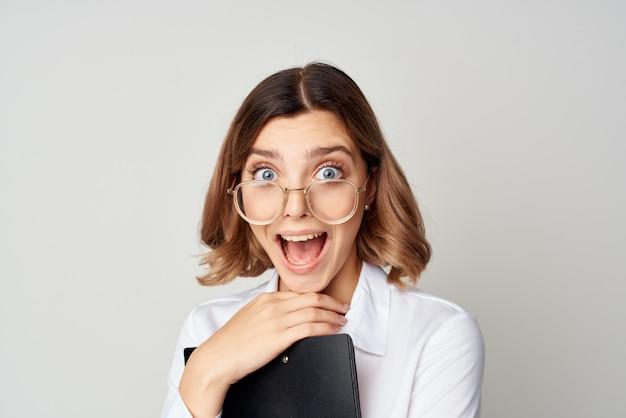 Zakenvrouw in wit overhemd met documenten in handen emotie werk succes