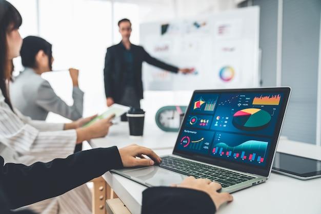 Zakenvrouw in zakelijke bijeenkomst met behulp van laptopcomputer vakkundig op kantoor