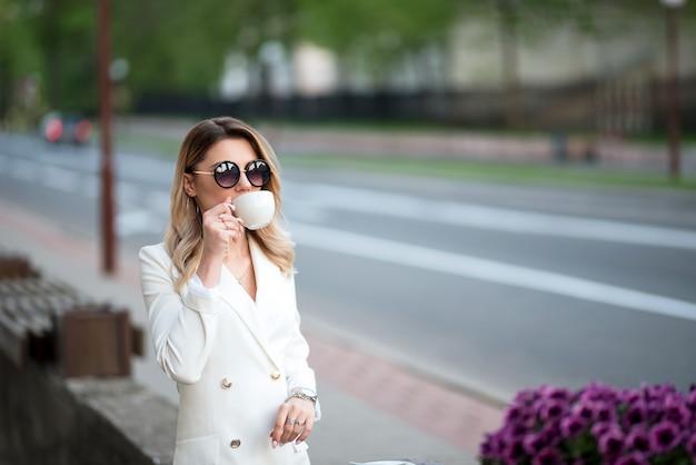 Zakenvrouw koffie drinken op straat