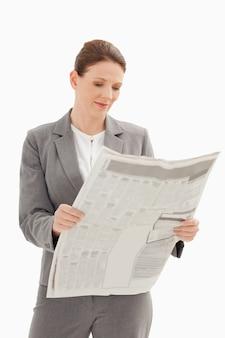 Zakenvrouw krant lezen