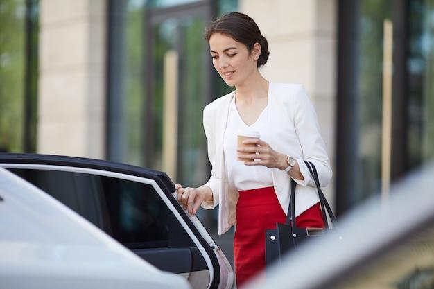 Zakenvrouw krijgen in auto