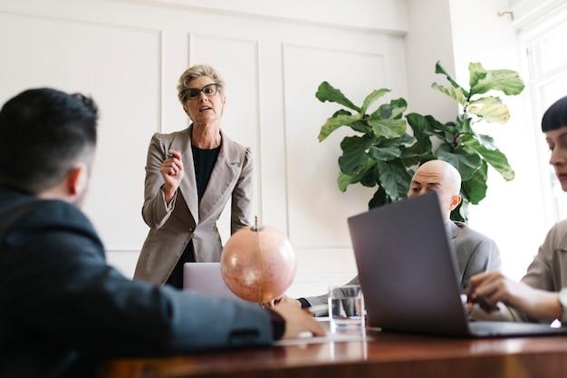 Zakenvrouw legt een businessplan uit aan team