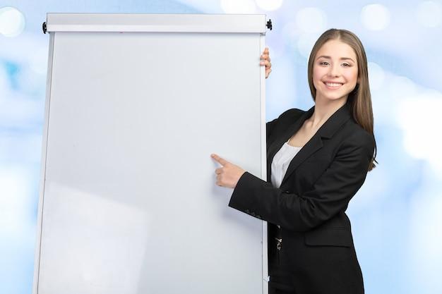 Zakenvrouw legt uit op het whiteboard
