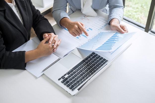 Zakenvrouw leider teamconferentie over vergaderpresentatie tot planning investeringsproject werken en strategie van business gesprek met partner, financieel en boekhouding