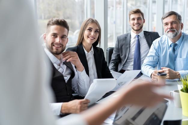 Zakenvrouw leidt bijeenkomst in vergaderruimte