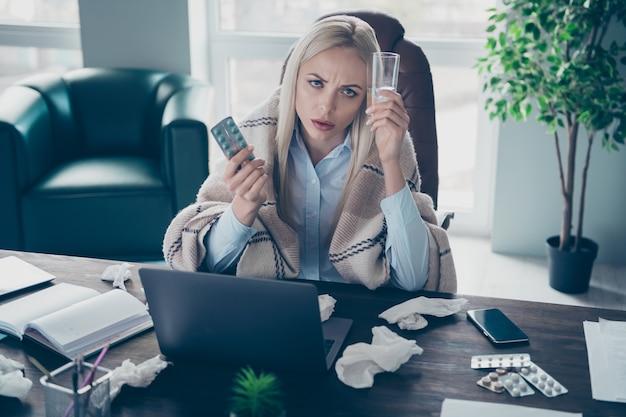 Zakenvrouw lijdt aan griep koude werkplek binnenshuis
