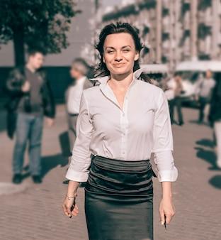 Zakenvrouw lopend door de straat van de stad