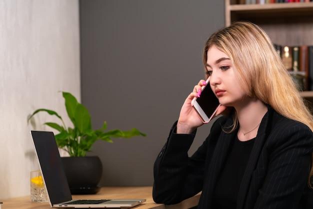 Zakenvrouw luisteren naar een gesprek op haar mobiele telefoon