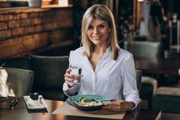 Zakenvrouw lunchen in een café