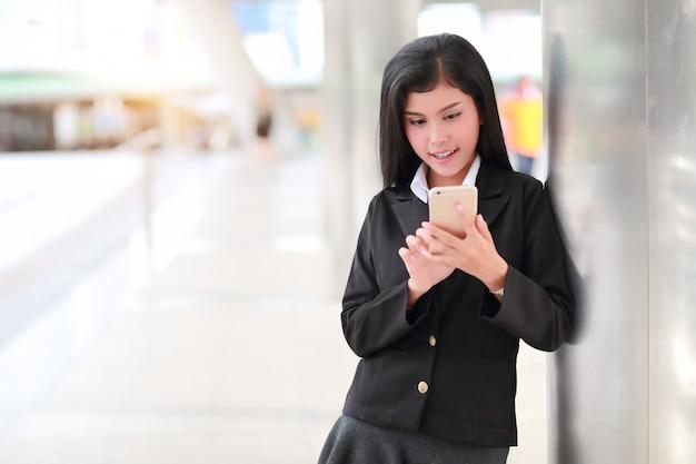 Zakenvrouw met behulp van mobiele telefoon