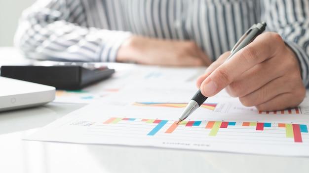 Zakenvrouw met behulp van pan en schrijven notitie maken met berekenen. belastingen en economische concepten.