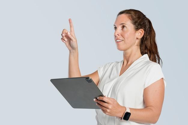 Zakenvrouw met behulp van tablet Gratis Foto