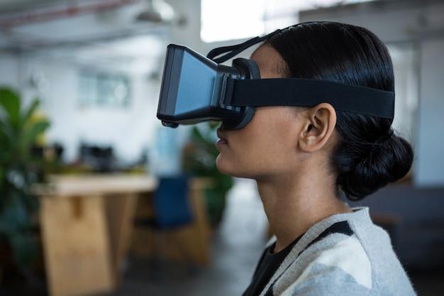 Zakenvrouw met behulp van virtual reality headset
