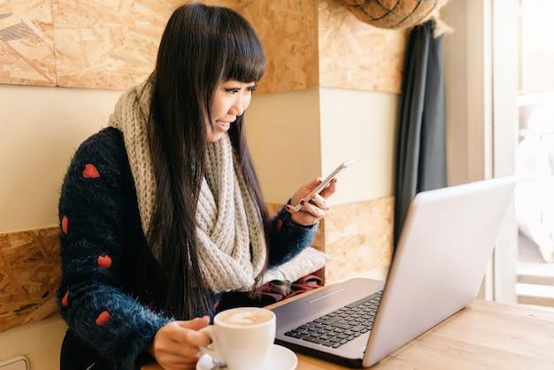 Zakenvrouw met behulp van zijn laptop in de coffee shop. bedrijfsconcept